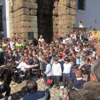 Cientos de escolares de Mérida cantan al Arco de Trajano dentro de la iniciativa 'La escuela apadrina un monumento'