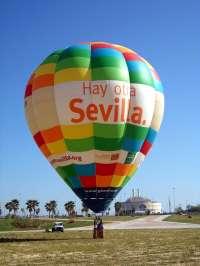 Diputación difunde con un globo aeroestático durante la Feria su campaña de promoción de la provincia