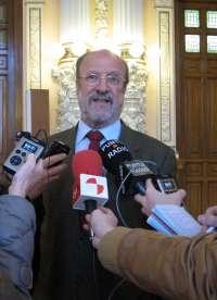 León De la Riva confirma que más de 300 personas quieren seguir con el servicio de Teleasistencia de Cruz Roja