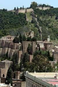El PSOE exige la inauguración de la rehabilitación de las laderas de la Alcazaba, que lleva dos años finalizada