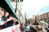 Fabra asiste al tradicional desfile de la Entrada de Cristianos en Alcoy