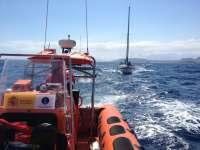 Cruz Roja de Águilas rescata a un velero de 10 metros de eslora que se encontraba sin gobierno