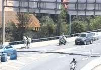 Guardias civiles auxilian a un niño que iba en un caballo desbocado en sentido contrario en la SE30
