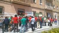 Decenas de personas se concentran en protesta por el desalojo de las viviendas municipales de avenida Vilches