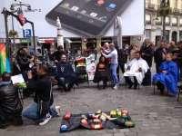 Peluqueros sevillanos y madrileños cortan el pelo a decenas de personas en Puerta del Sol a cambio de alimentos