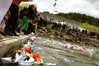 Tres mil barcos de papel llenan de color el río Miño para que siga a flote la educación pública