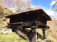 Patrimonio autoriza las obras de sustitución de la cubierta de un hórreo en Villafranca del Bierzo