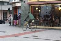 La mesa de la movilidad de La Rinconada se opone al uso obligatorio del casco para los ciclistas