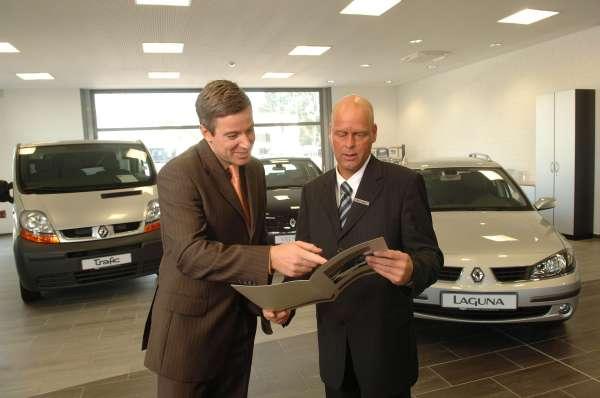 Las ventas de coches caen un 2,7% en abril y un 18,8% en lo que va de año, el mayor descenso del país