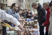 La nave de HUB Madrid acoge este fin de semana la cuarta edición del mercado 'La buena vida', con quesos de Cantabria