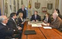 El alcalde presenta a los vecinos el anteproyecto de remodelación del campo de fútbol de Cueto