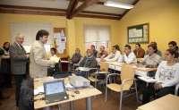 El municipio forma este mes a unas 200 personas en once cursos para la mejora e inserción laboral