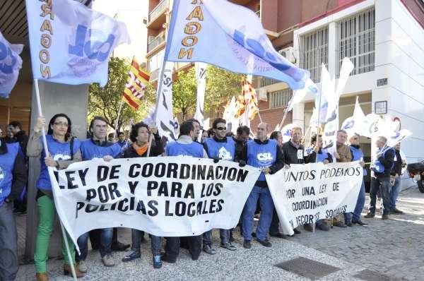 Los sindicatos de Policía Local protestan ante las Cortes contra el proyecto de ley de Coordinación