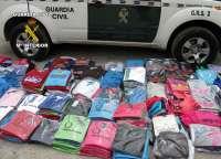 La Guardia Civil detiene a tres personas e interviene más de 1.200 prendas de vestir falsificadas