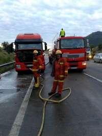 Reabren la vía cortada tras el vertido de 10.000 litros de gasoil por el choque de dos camiones