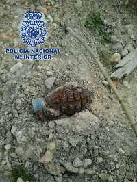 Los Tedax explosionan una granada de mano tipo piña hallada en un aparcamiento de Jaén
