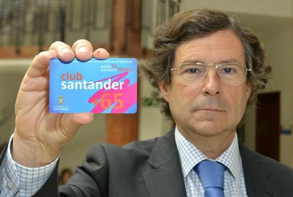 El Ayuntamiento emite una tarjeta gratuita que permite a los mayores de 65 años beneficiarse de descuentos