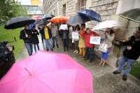 Medio centenar de trabajadores de Justicia se concentran en Las Salesas para protestar contra las reformas de Gallardón