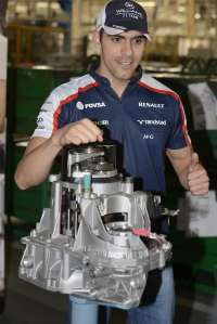El piloto de Fórmula 1 Pastor Maldonado visita la factoría Renault de San Jerónimo