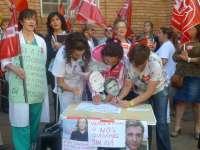 Empleadas de limpieza del Salud escenifican la firma del convenio a las puertas del Hospital Obispo Polanco de Teruel