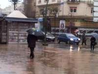 Las lluvias provocan la caída de una fachada en Santander y de un árbol en la A-67, además de inundar garajes