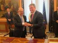 Montoro y Fernández de Moya firman la cesión de la sede del Banco de España, que incluye