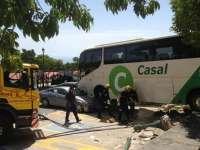 Un autobús que maniobraba para estacionar cae sobre el aparcamiento de turismos de la Cueva de Nerja