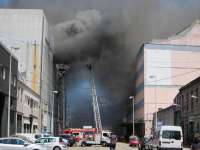 El incendio en Frigoríficos Berbés provoca el desplome de la cubierta y de parte de una fachada lateral