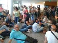 Trabajadores de Povisa se encierran en la Xunta en Vigo y son desalojados por la Policía