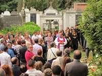 La sociedad civil gallega y familiares dan su último adiós a Rosalía Mera, una mujer