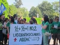 Más de cien personas se manifiestan frente a la consejería de Educación por los ajustes en las plazas de interinos