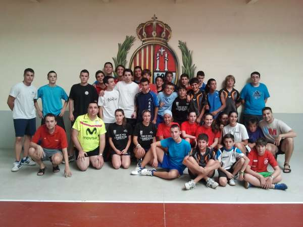 Más de 25 jugadores participan en el Campus de Tenis de Mesa Cai Santiago en Sos del Rey Católico