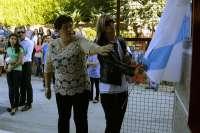 Las madres de Eva y Celtia descubren la placa con sus nombres para el nuevo pabellón de Xunqueira (Ourense)