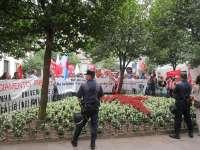 Unos 300 alumnos, profesores e investigadores protestan contra los recortes en las universidades gallegas