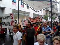 Trabajadores y usuarios del centro deportivo Fundición protestan ante el Ayuntamiento junto a los piragüistas