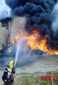 Arde la nave de una empresa de producción de aceite en Reus