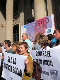 Un centenar de personas lleva un billete gigante de 500? ante Hacienda para pedir mecanismos de lucha contra la pobreza