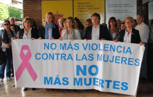 Instituciones guardan cinco minutos de silencio por el asesinato machista de la mujer en Torremanzanas