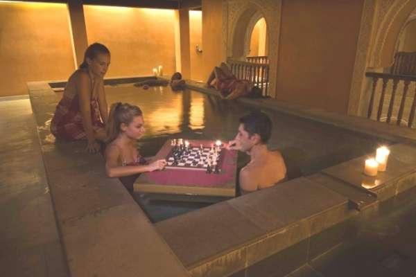 Los baños árabes Hammam Al Ándalus celebra partidas de ajedrez en el agua de las termas