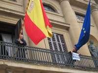 Dos miembros de Mugitu se encadenan a un balcón del Palacio de Navarra contra el juicio por los tartazos a Barcina