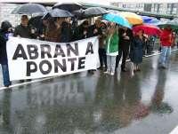 Vecinos de Pontevedra y Poio piden con una cadena humana la reapertura del puente de A Barca