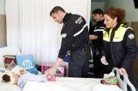 Policías de la UIN organizan un evento benéfico para repartir juguetes a niños hospitalizados en Navidad