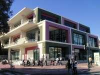 La Biblioteca Regional de Murcia invita a sus usuarios a leer en un salón de los años 60
