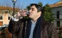 Echániz bebe agua del grifo en Hiendelaencina (Guadalajara) para demostrar que es potable