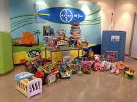 Voluntarios de Bayer en Tarragona donan un centenar de juguetes a la Cruz Roja de Vila-seca