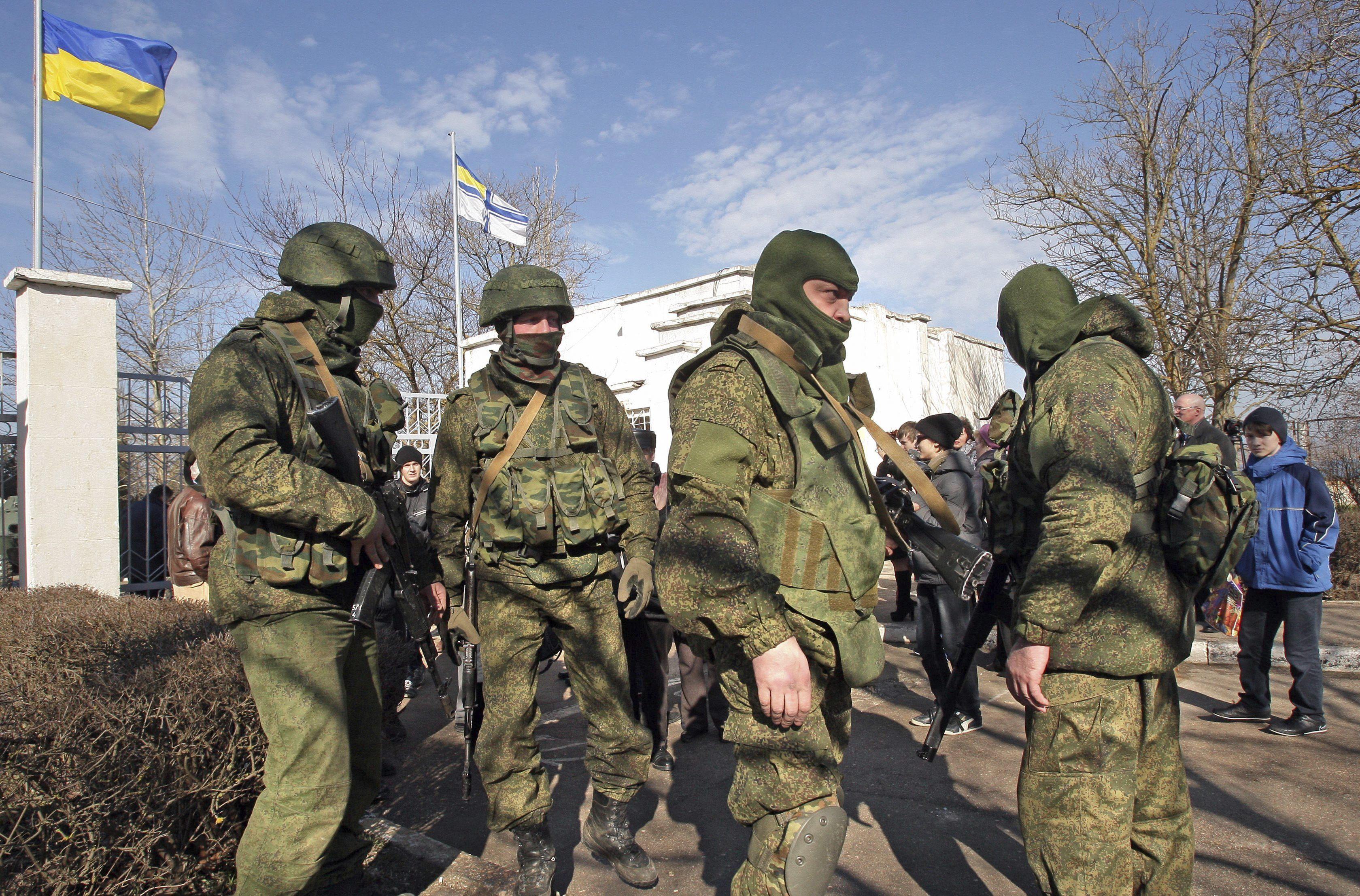 Soldados armados sin identificar, presuntamente rusos, bloquean la entrada a la base naval ucraniana de Novoozerniy.