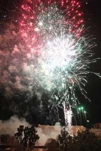 Colores intermitentes, carcasas de múltiples efectos y grandes crisantemos iluminarán Valencia en la Nit del Foc
