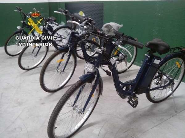 La Guardia Civil detiene en Alicante a dos personas por la falsificación de casi 300 motos y bicis eléctricas