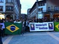 Vecinos y representantes institucionales muestran en silencio en Mungia (Bizkaia) su rechazo a la violencia machista