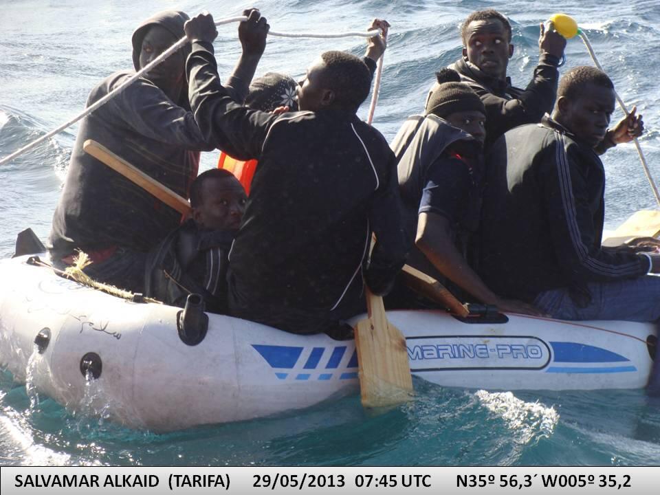 Inmigrantes a bordo de una lancha de juguete rescatados por Salvamento Marítimo.
